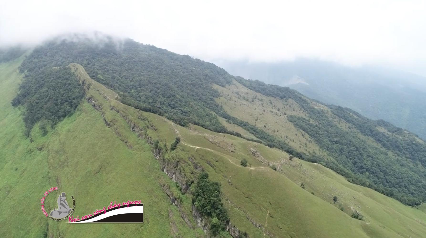 Núi cha Lạng Sơn quanh năm mây mù che phủ