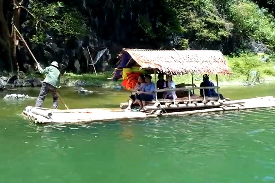 Khách thăm quan bằng du thuyền